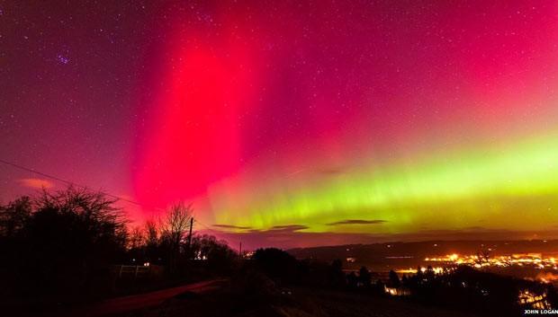 Auroras boreais dão espetáculo nos céus da Grã-Bretanha (Foto: John Logan/BBC)