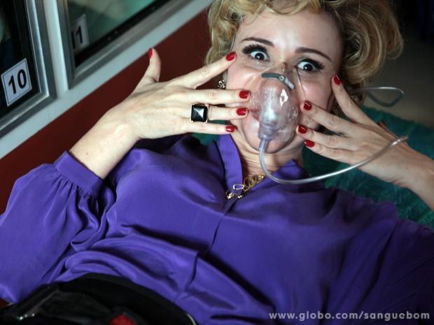 Na pele de Bárbara, Giulia Gam brinca usando máscara de oxigênio (Foto: Sangue Bom/TV Globo)