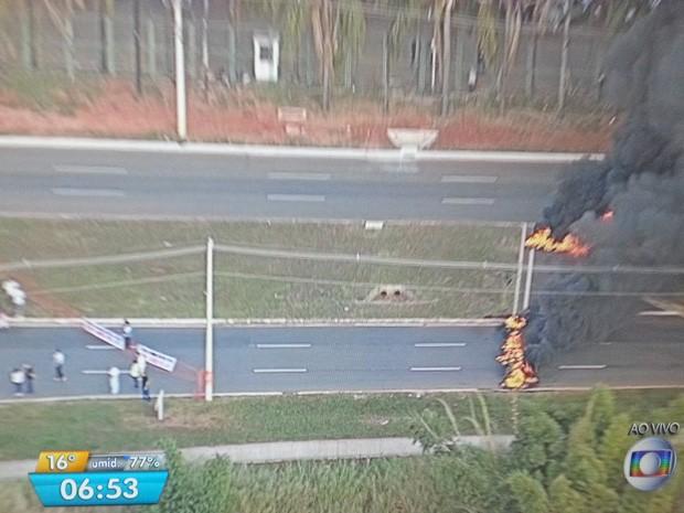 Bloqueio com pneus montado por técnicos-administrativos da UnB, que estão em greve há 66 dias (Foto: TV Globo/Reprodução)