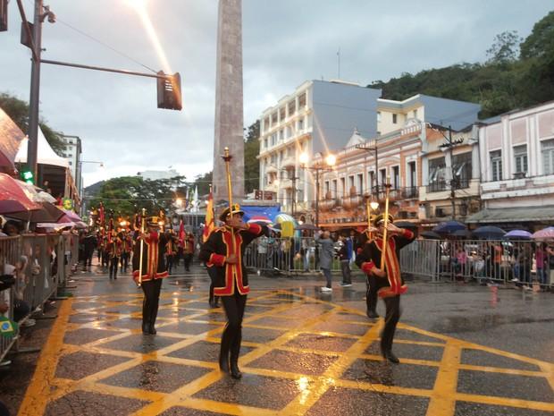 Chuva interrompe desfile da Independência nesta segunda-feira em Petrópolis (Foto: Andressa Canejo/G1)