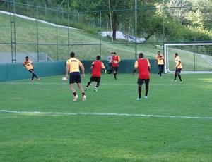 Jogadores do Atlético-MG trabalham no campo de Showbol (Foto: Fernando Martins Y Miguel)