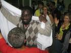 Moçambicano barrado em SP para a Rio+20 chega com festa ao Galeão