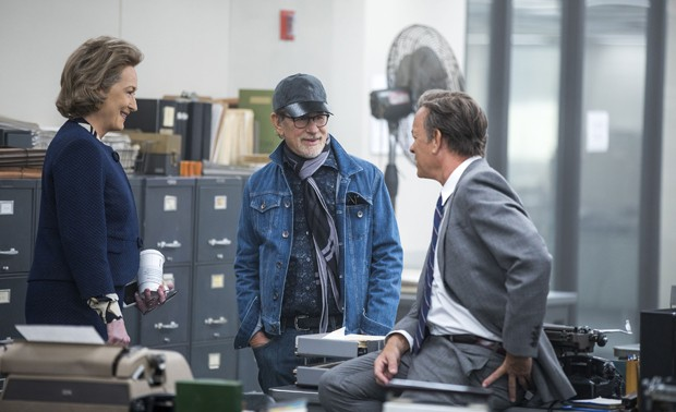 NOR_D00_052317_7961_R – Meryl Streep, Director Steven Spielberg, and Tom Hanks on the set of THE POST. Photo Credit: Niko Tavernise. (Foto: Universal Pictures/Divulgação)