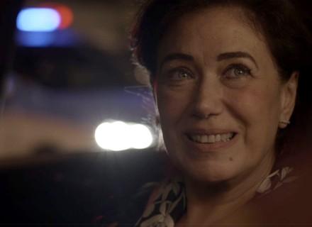 Silvana esconde Bibi no carro e é parada pela polícia