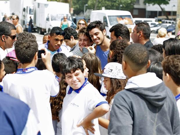 Rodrigo Simas é cercado por um grupo de fãs e tira fotos com todos (Foto: Malhação/TV Globo)