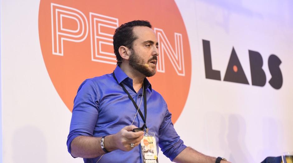 Isaac Azar, fundador do Paris 6, se apresenta no PEGN Labs (Foto: Camille Garzon / O Globo)