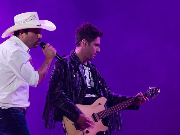 Irmãos Edson e Hudson fizeram o público cantar com sucessos como Deixa Eu Te Amar (Foto: Érico Andrade/G1)