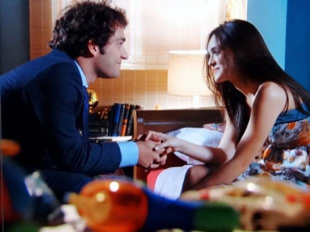 Elano fica todo bobo com Cida morando na casa de Penha (Foto: Cheias de Charme / TV Globo)