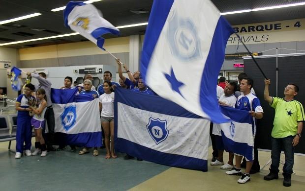Torcida do Nacional-AM no aeroporto (Foto: Silvio Lima)