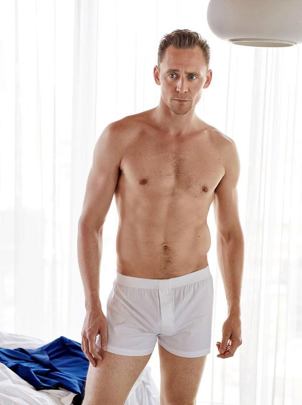 Tom Hiddleston posa com roupa íntima para revista (Foto: Reprodução)
