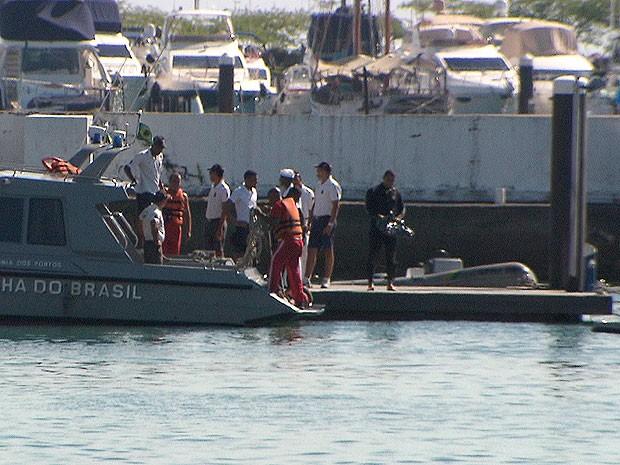 Resgate de corpo no bairro do Comércio, em Salvador (Foto: Imagem/TV Bahia)
