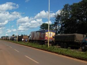 Segundo organizadores do protesto em MS, fila de caminhões parados no bloqueio passa de mil veículos (Foto: Alexandre Cabral/TV Morena)
