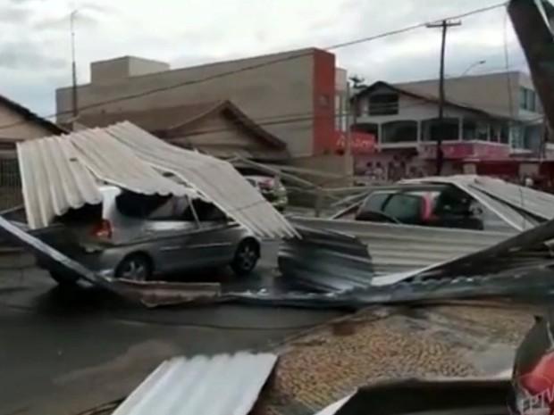 Chuvas e ventos derrubaram estrutura de loja em Santa Bárbara (Foto: Reprodução/EPTV)