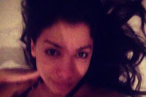 """Anitta com cara de sono depois de """"cair da cama"""" para gravar clipe (Foto: Reprodução)"""