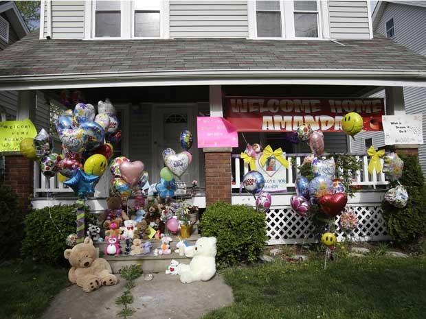 Varanda da frente da casa de Amanda Berry está decorada com balões nesta quarta-feira (8), para comemorar seu retorno (Foto: AP Photo / Tony Dejak)