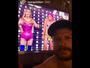 Rodrigo Hilbert posa com imagem de Fernanda Lima na TV e vira hit na web