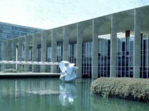 Ourousseff elogia design do Itamaraty (acima) e do edifício Copan (Foto: BBC)