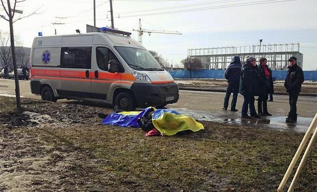 Corpo coberto com bandeira ucraniana em Kharkiv, em foto publicada em rede social (Foto: reprodução/Facebook/Slava Mavrichev)