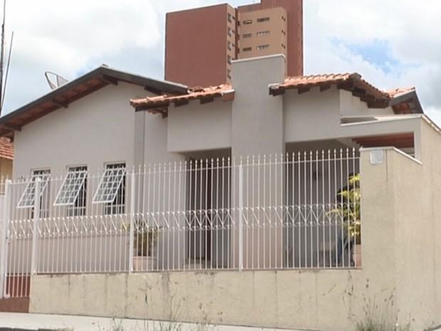 Casa onde o casal morava e foi encontrado morto (Foto: Reprodução/ TV TEM)