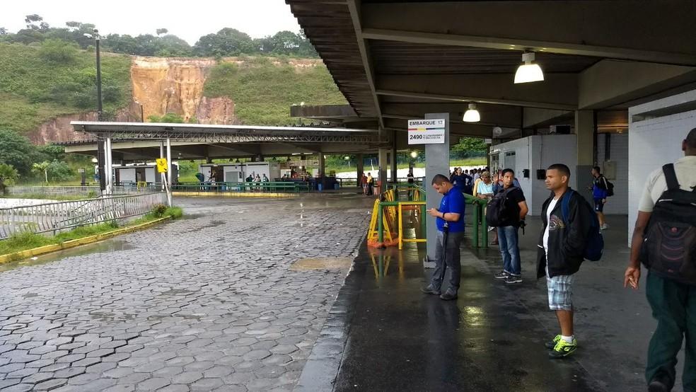 Terminal vazio por causa de ônibus no Grande Recife (Foto: Bruno Grubertt/TV Globo)