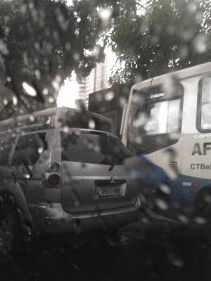Chuva fina atrapalhou o fluxo de carros no centro da capital (Foto: Ingo Müller/ G1)