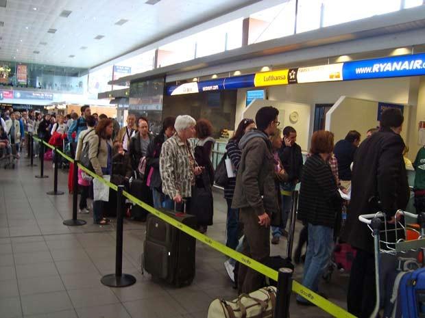 Ryanair cancelou outros voos para Espanha e, por isso, formou-se uma fila imensa no saguão. (Foto: Eduardo Guimaraes Castro/VC no G1)