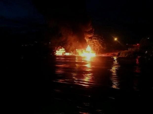 Incêndio teve início no abastecimento da embarcação  (Foto: Divulgação/ Corpo de Bombeiros do Amazonas)
