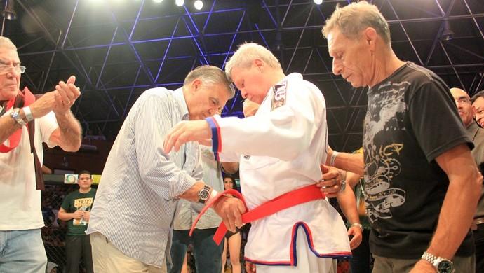 Prefeito Arthur recebe faixa vermelha (Foto: Isabella Pina)