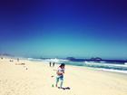 Anitta corre na areia e reclama: 'Treino na praia, não!'