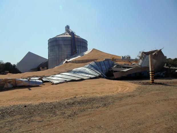 Silo de grãos partiu ao meio e desabou quando funcionários trabalhavam em agropecuária (Foto: Arquivo pessoal/ Walter Oliva Lozano)