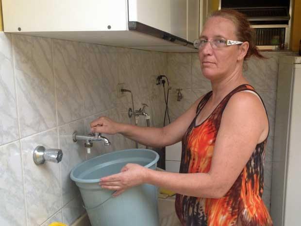A doméstica Maria Cristina Gomes, de 44 anos, moradora do Parque Edu Chaves, também relata que as torneiras da sua residência ficam secas todas as noites, entre 21h e 7h, há cerca de um mês. (Foto: Tatiana Santiago/G1)