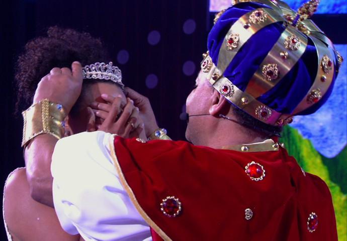 Sheron Menezzes é coroada pelo pai: agora, ela é uma verdadeira princesa! (Foto: TV Globo)