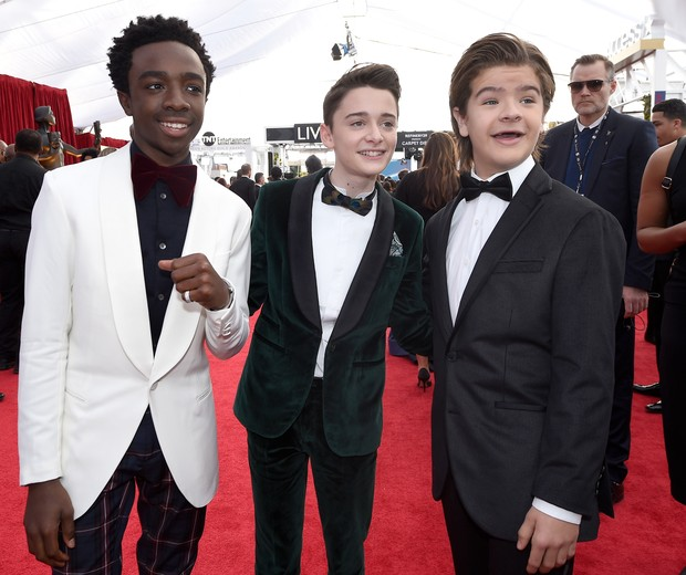 LOS ANGELES, CA - JANUARY 21:  Actors Caleb McLaughlin (L), Noah Schnapp; and Gaten Matarazzo attend the 24th Annual Screen Actors Guild Awards at The Shrine Auditorium on January 21, 2018 in Los Angeles, California.  (Photo by Kevork Djansezian/Getty Ima (Foto: Getty Images)