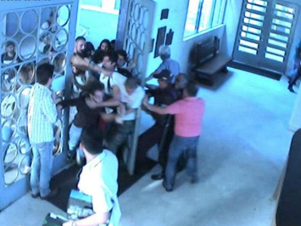 Imagem de câmera de segurança mostra o momento em que os alunos invadiram o prédio  (Foto: Divulgação / UFPR)
