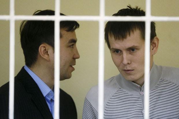 Soldados russos que de acordo com a Ucrânia se chamam Alexander Alexandrov e Yevgeny Yerofeyev são vistos em cela nesta terça-feira (29) durante o início de seu julgamento em Kiev (Foto: Valentyn Ogirenko/Reuters)