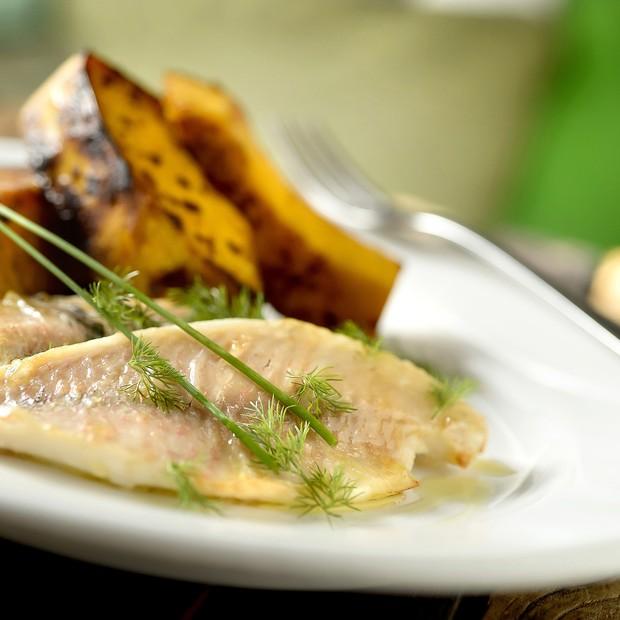 O restaurante Beato oferece menu funcional, que traz pratos como o peixe com abóbora assada (Foto: Tadeu Brunelli / Divulgação)