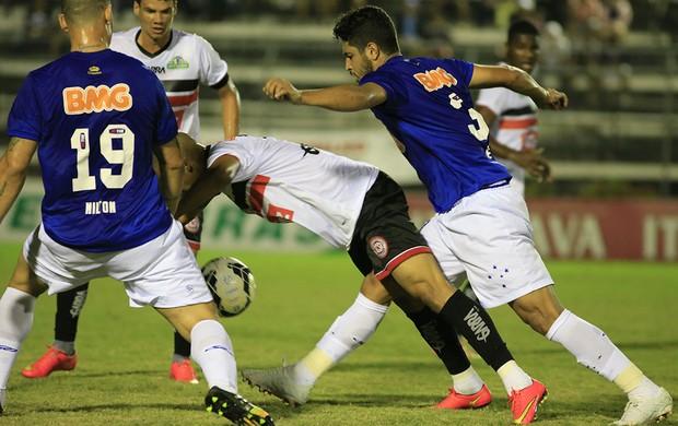 Reinaldo Alagoano recebe forte marcação da defesa do Cruzeiro (Foto: Ailton Cruz / Vipcomm)