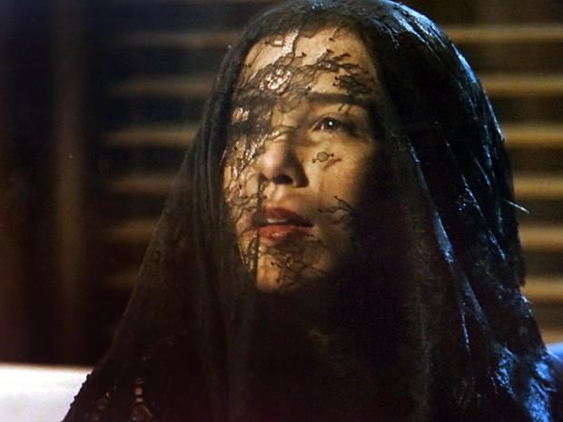 A megera usa um véu antes de revelar sua nova feição (Foto: TV Globo)
