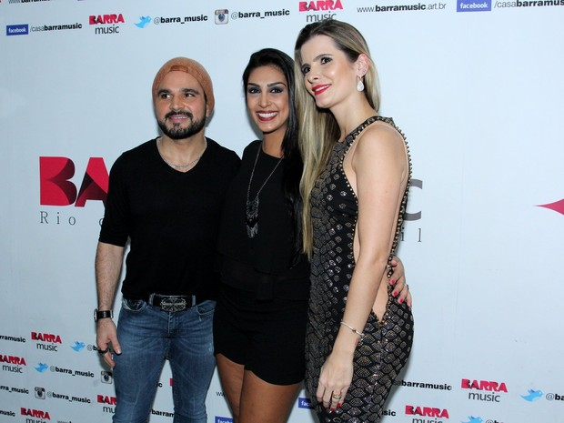 Ex-BBB Amanda com Luciano e a mulher, Flávia Camargo, em show no Rio (Foto: Alex Palarea/ Ag. News)