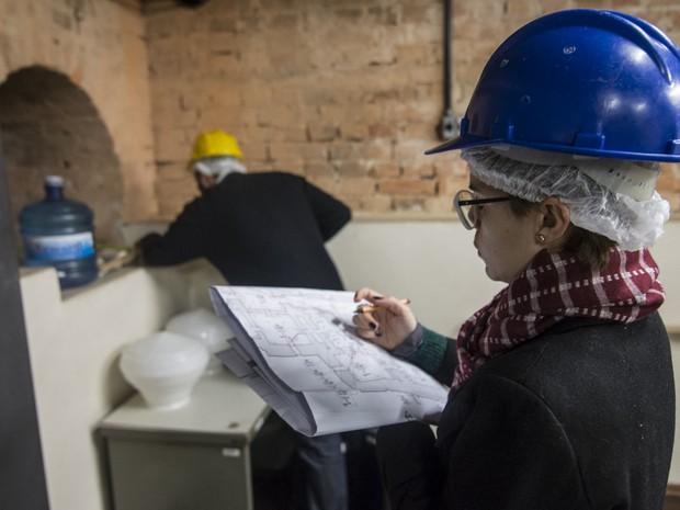 Arquitetos fazem medidas em sala do Museu do Ipiranga (Foto: Marcelo Brandt/G1)