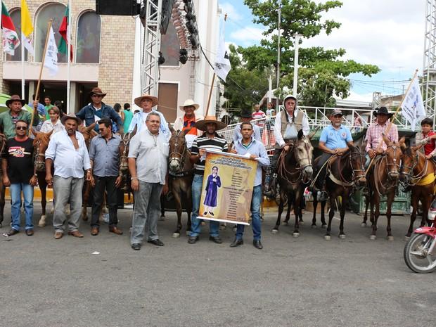 Dez cavaleiros vieram de Assu a Mossoró homenagear Santa Luzia (Foto: Marcelino Neto/G1)