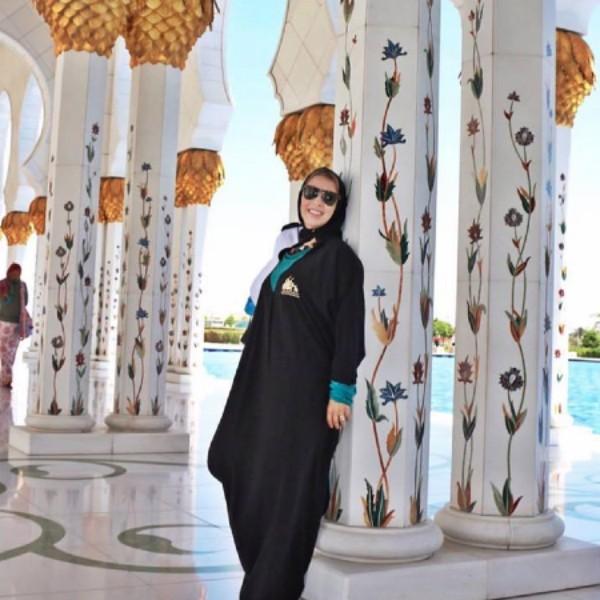 A brasileira Nadia Schwab, assim como todas as mulheres na Arábia Saudita, precisa usar burca para sair na rua (Foto: Reprodução/Facebook)