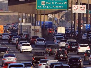 Veículos trafegam na Marginal Tietê, em São Paulo. A partir desta segunda-feira (20) os limites de velocidade nas Marginais Tietê e Pinheiros diminuirão. Na pista local, a velocidade máxima será de 50 km/h, na central 60 km/h e na expressa 70 km/h (Foto:  Werther Santana/Estadão Conteúdo)