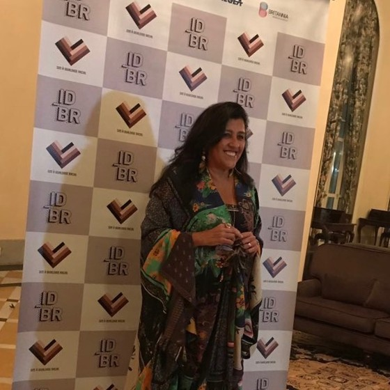 Regina Casé apresentou o leião e arrematou uma peça que pertencia a Zeca Camargo (Foto: Ana Paula Romeiro/ Divulgação)