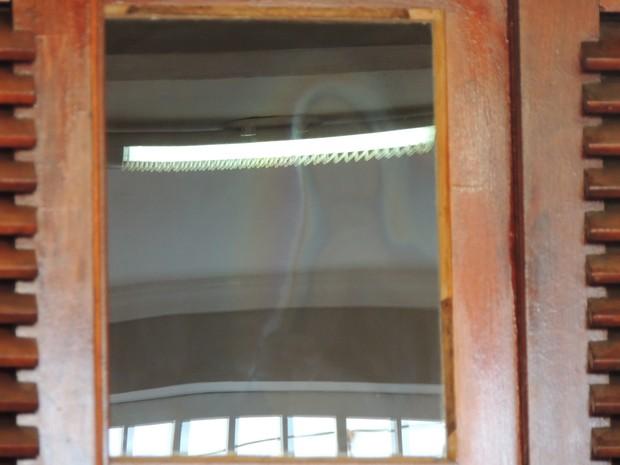 Há 12 anos, devotos visitam santa na janela em Ferraz de Vasconcelos (Foto: Pedro Carlos Leite/G1)