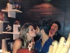 Bruno Gagliasso ganha bolo e beijo da mulher no seu aniversário