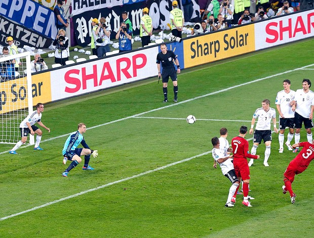 Pepe na partida de Portugal contra a Alemanha EURO (Foto: Reuters)