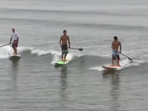 Stand up paddle pode ser praticado por pessoas de todas as idades (Foto: Reprodução/TV Tribuna)
