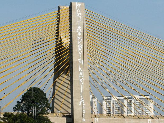 Vandalos picharam a Ponte Governador Orestes Quércia, a Estaiadinha, que liga Avenida do Estado a Marginal Tietê na Zona Norte de São Paulo neste sabado (Foto: Marcelo D. Sants/Framephoto/Estadão Conteúdo)