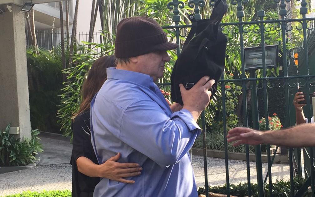 Gustavo Estellita foi levado por agentes da Polícia Federal e deixou o prédio onde mora por volta das 7h50 (Foto: Fernanda Rouvenat / G1)